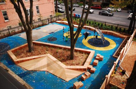 Enfants qui jouent dans une aire de jeux