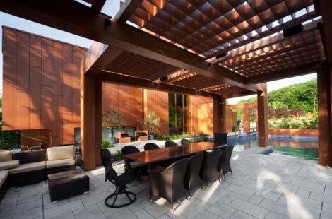 La pergola a été entièrement dessinée par l'architecte paysagiste afin qu'elle puisse être en harmonie avec le design du projet.